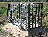Весы для свиней, с клеткой и колесами на специальной бетонной основе. Фото на ферме