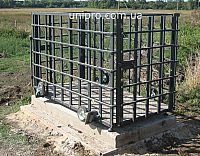 Ваги для тварин, з кліткою та колесами для перевезення. Установлені на бетонній основі